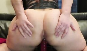 Amateur babe with huge ass plays with her dildo